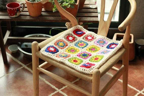 Идеи для вязания квадратных сидушек на стулья и табуреты