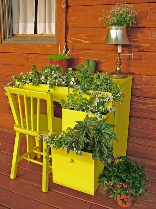 Старый стол для ландшафтного дизайна