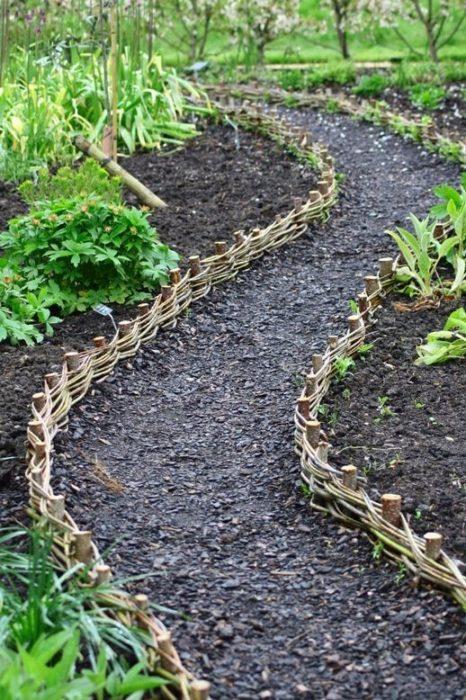 Плетеная изгородь из лозы