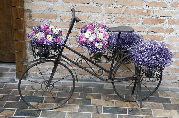 Велосипед с цветами для украшения участка
