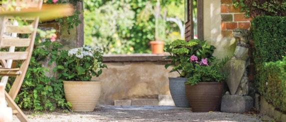 Цветочные горшки как украшение сада