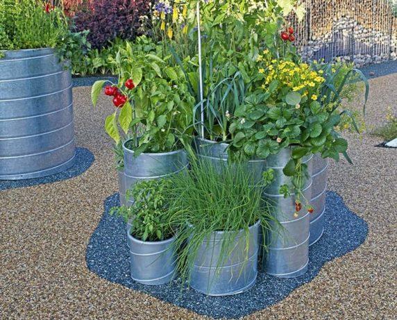 Украшение садового участка подручными материалами