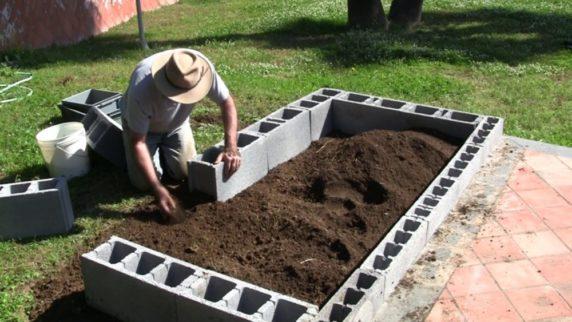 Кирпич для декора садового участка