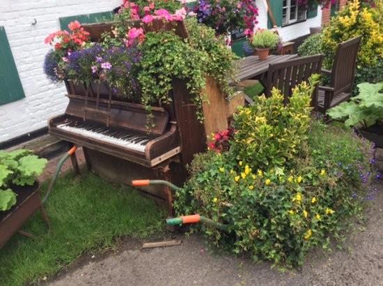 Пианино как украшение садового участка