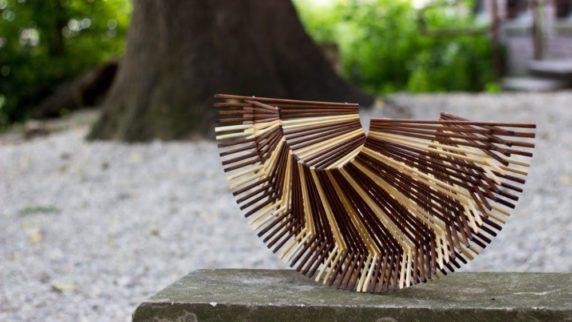 Декоративная ваза из деревянных палочек