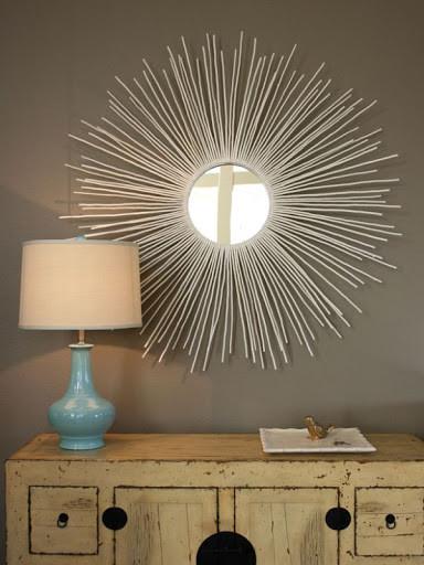 Рама для зеркала из деревянных палочек