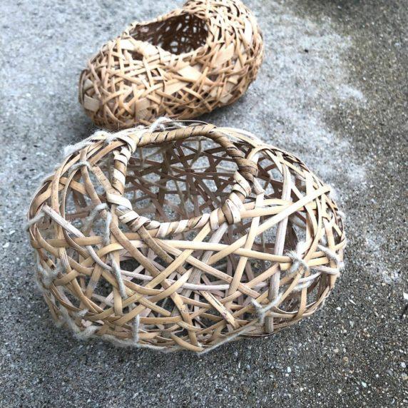 Плетение корзины из прутьев
