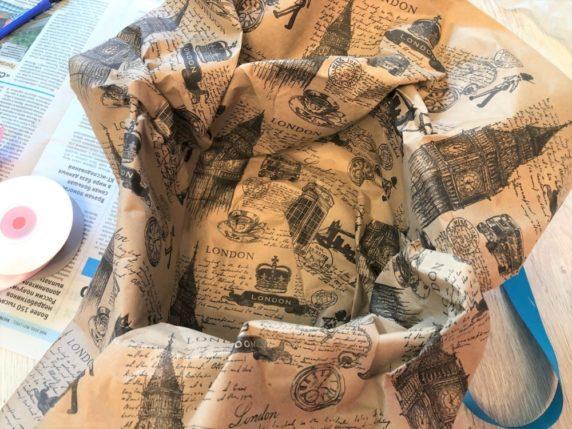 Внутрь корзины кладем бумагу