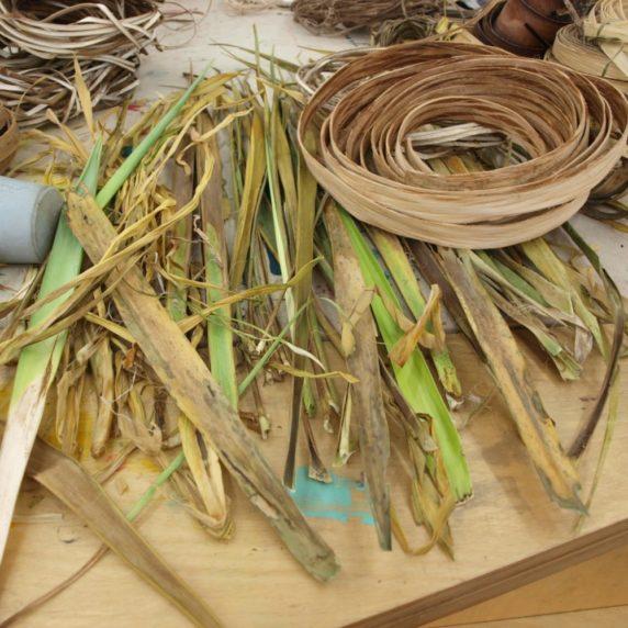 Плетение корзинки из травы