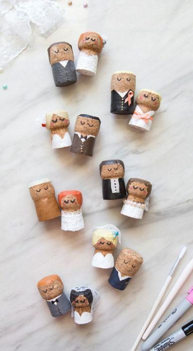 Фигурки жениха и невесты из винных пробок