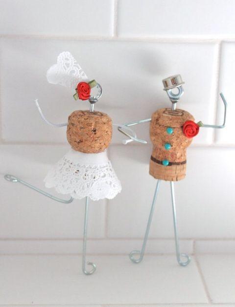 Фигурки жениха и невесты из пробок от вина