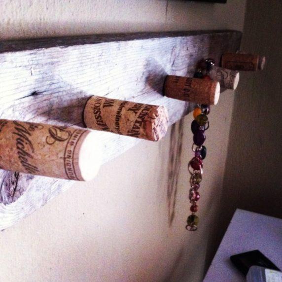 Вешалка из пробок от вина