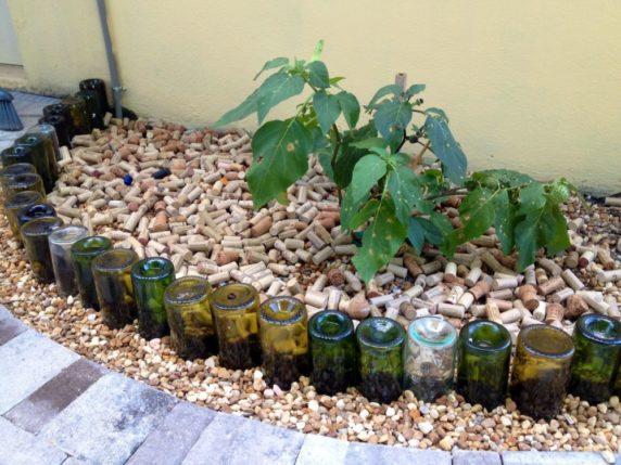 Пробки от вина для декора сада