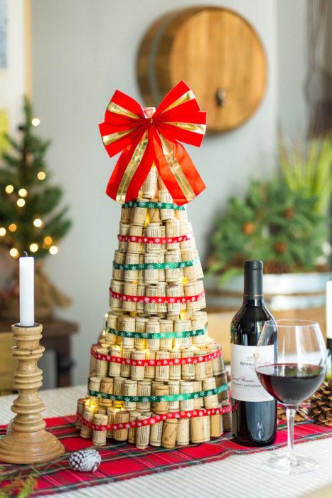 Объемная елка из пробок от вина