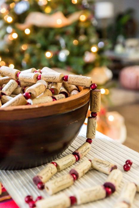 Новогодняя гирлянда из пробок от вина