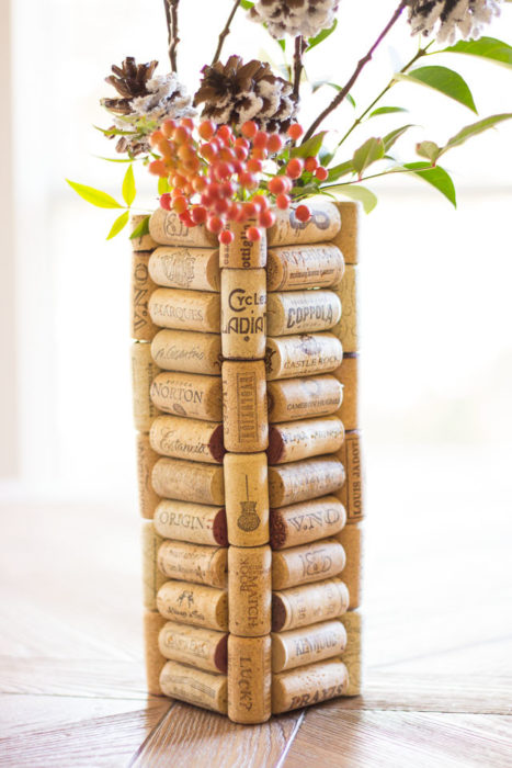 Ваза для сухоцветов из пробок от вина