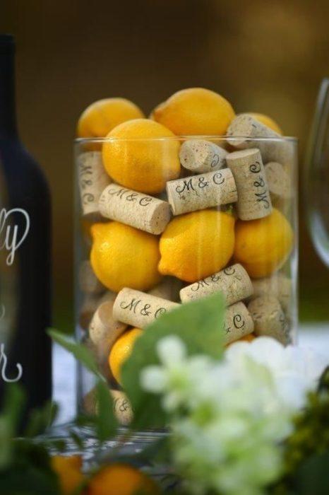 Декор свадебного стола пробками от вина
