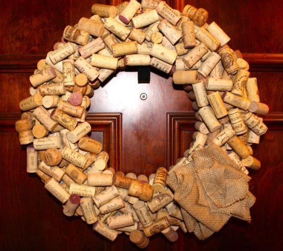 Венок на дверь из пробок от вина