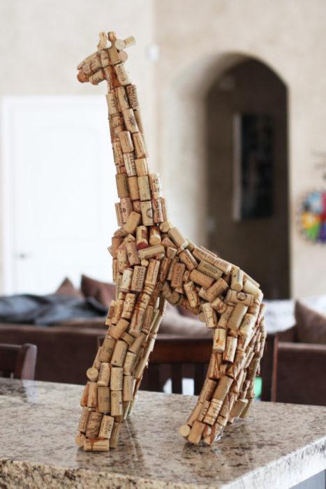 Жираф из винных пробок