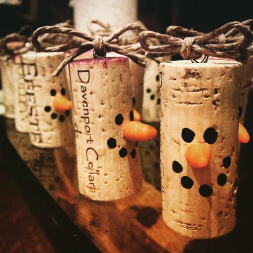 Новогодние поделки из винных пробок