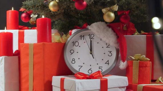 Часы в новогоднем интерьере