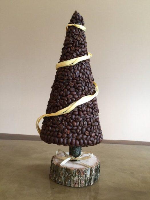 Елка из кофейных зерен своими руками