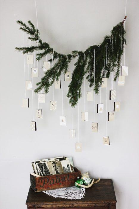 Новогодний интерьер с еловыми ветвями