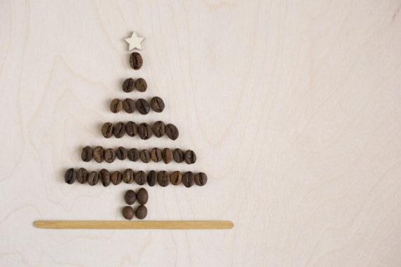 Простая елка из кофе своими руками