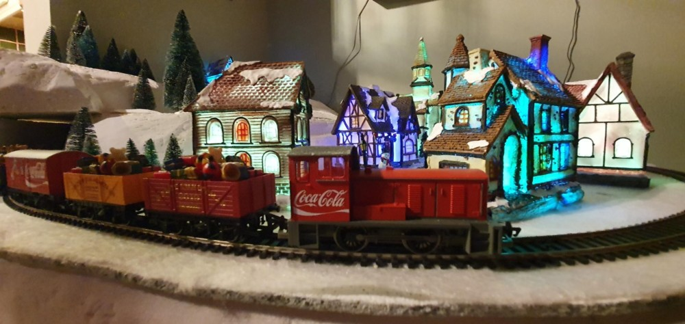 Новогодняя железная дорога в интерьере