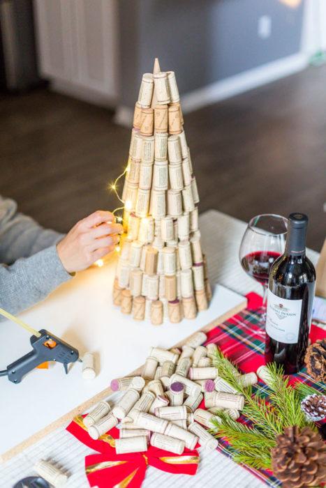 Простая елка из пробок от вина
