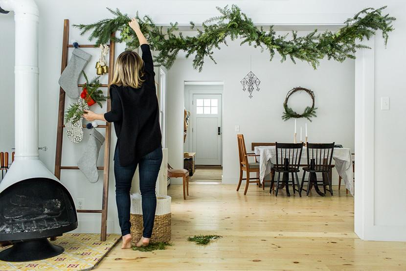 Новогодний интерьер с еловыми ветками