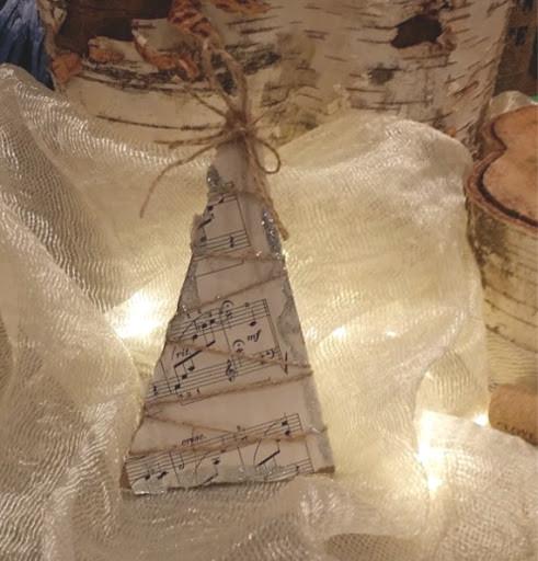 Плоская елка из нот