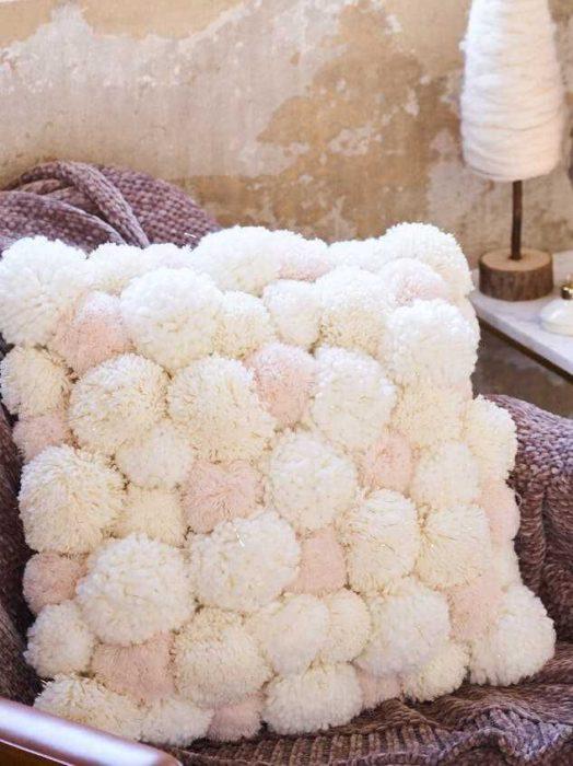 Подушка из помпонов