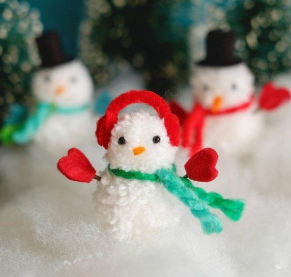 Снеговик из помпонов из пряжи