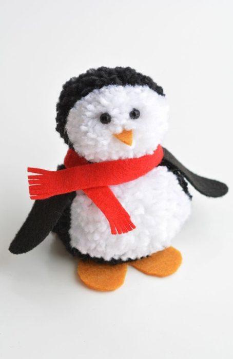 Пингвин из помпонов из пряжи своими руками