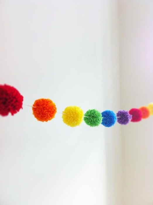 Гирлянда из разноцветных помпонов
