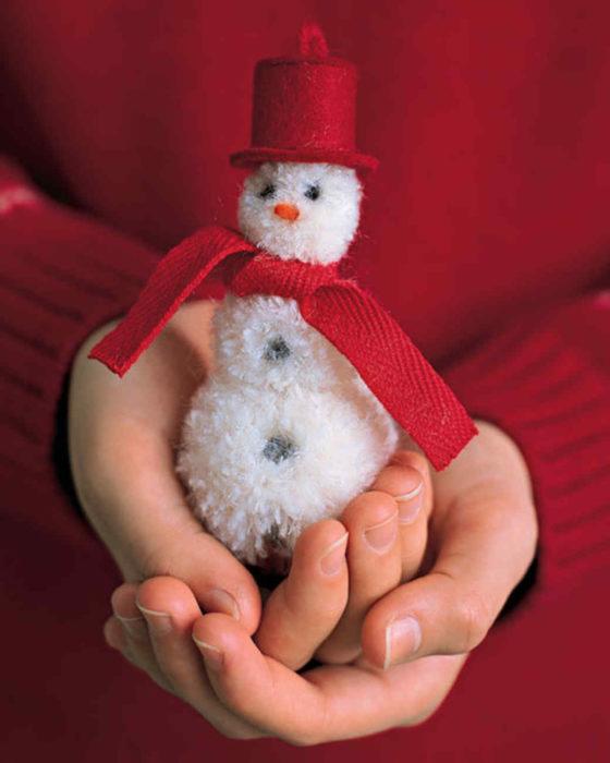 Снеговик из помпонов из пряжи своими руками