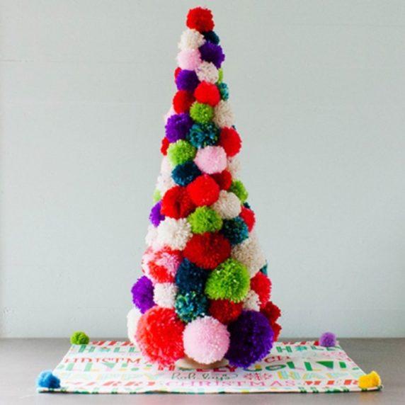 Новогодняя елка из помпонов