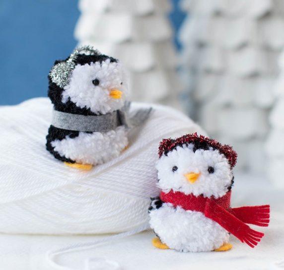 Игрушка пингвин из помпонов