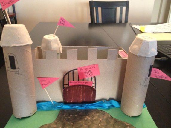 Игрушечный замок из втулок от туалетной бумаги своими руками
