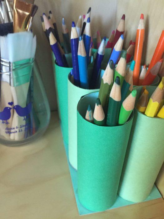 Простая карандашница из картонной втулки