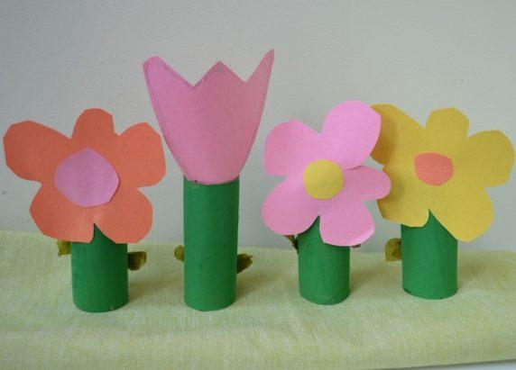 Простой цветок из втулки и картона