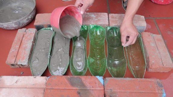 Бутылка как форма для садовых поделок