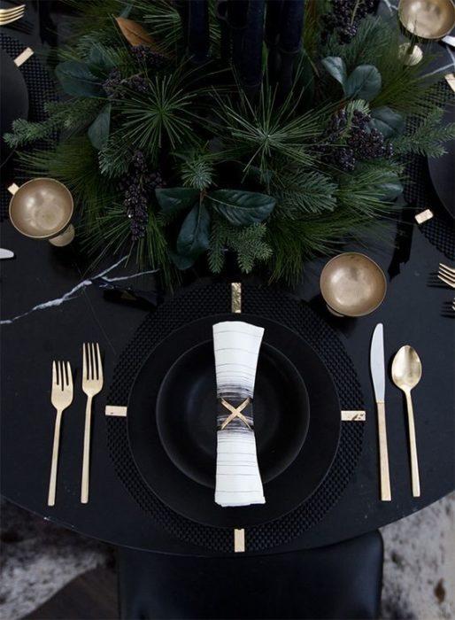 Сервировка стола в черном цвете