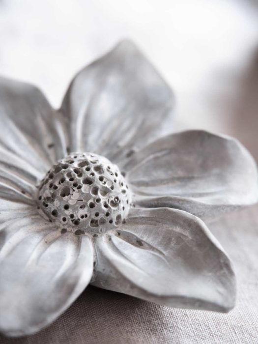 Цветок из цемента своими руками