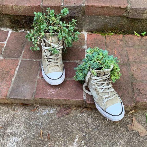 Обувь из цемента как элемент декора