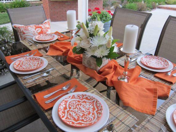 Сервировка стола в оранжевых тонах