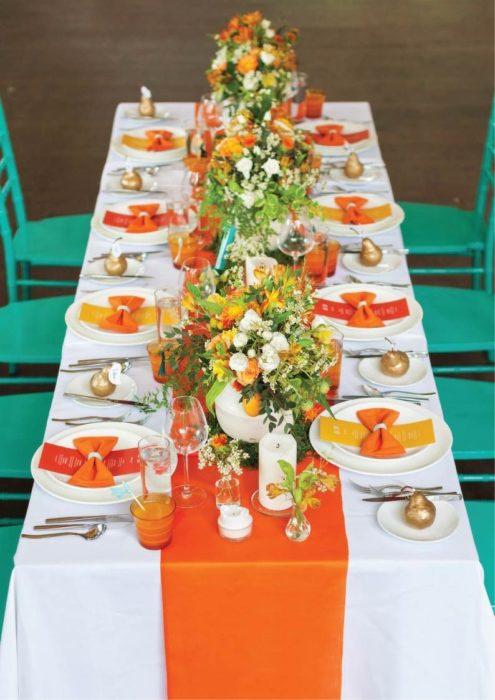 Сервировка стола с оранжевой скатертью