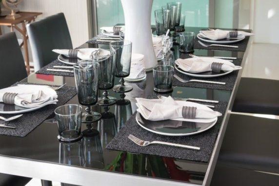 Сервировка стола для компании друзей