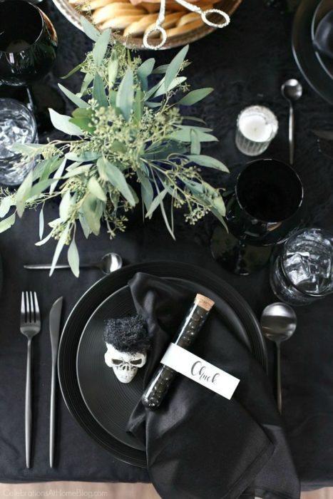 Сервировка стола в черных тонах